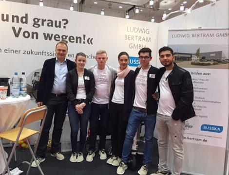 """Auf die erfolgreich abgelaufene """"beruf und Bildung"""" Ausbildungs- und Karrieremesse blicken die Azubis gemeinsam mit Personalchef Dirk Moch zurück."""